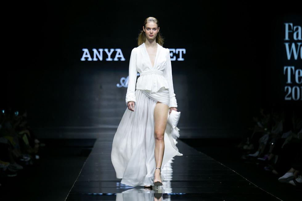 התצוגה נחתמה בחטיבה של שמלות כלה לבנות, עיקר פרנסתה של המעצבת בשנים האחרונות. הבחירה לשלב שמלות אלה בתצוגת הקז'ואל, מוכיחה כי המעצבת לא מוותרת על הקהל הקבוע שלה (צילום: אלון פרס)