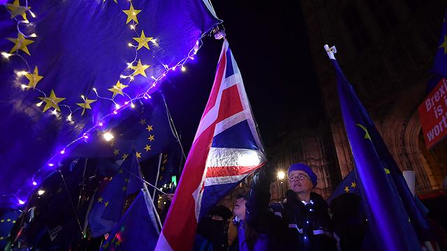 מתנגי ברזיט מחוץ לפרלמנט בלונדון (צילום: AFP)