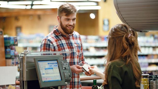 קופאית ולקוח בסופרמרקט אילוסטרציה (צילום: Shutterstock)