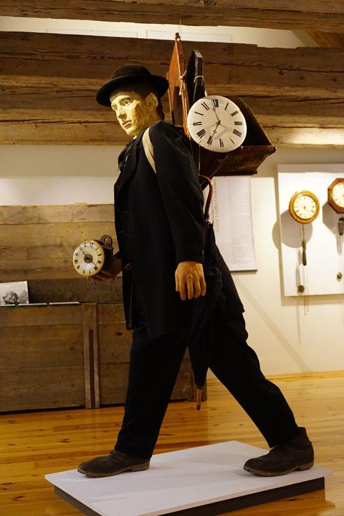 סטארט־אפ נוסח המאה ה־19: איש מכירות של שעוני היער השחור, במוזיאון בסנט־מרגן (צילום: צביקה בורג)
