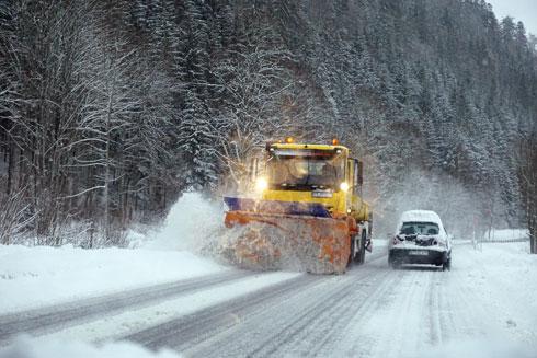 מפלסות השלג עובדות ללא הרף. נהיגת חורף (צילום: צביקה בורג)