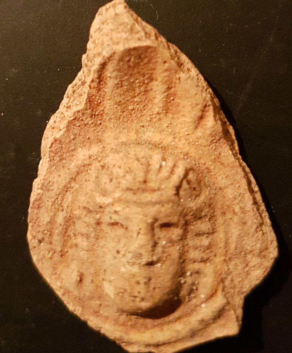 דמותו של אל על נר שמן רומי (צילום: טלי גיני, רשות העתיקות)