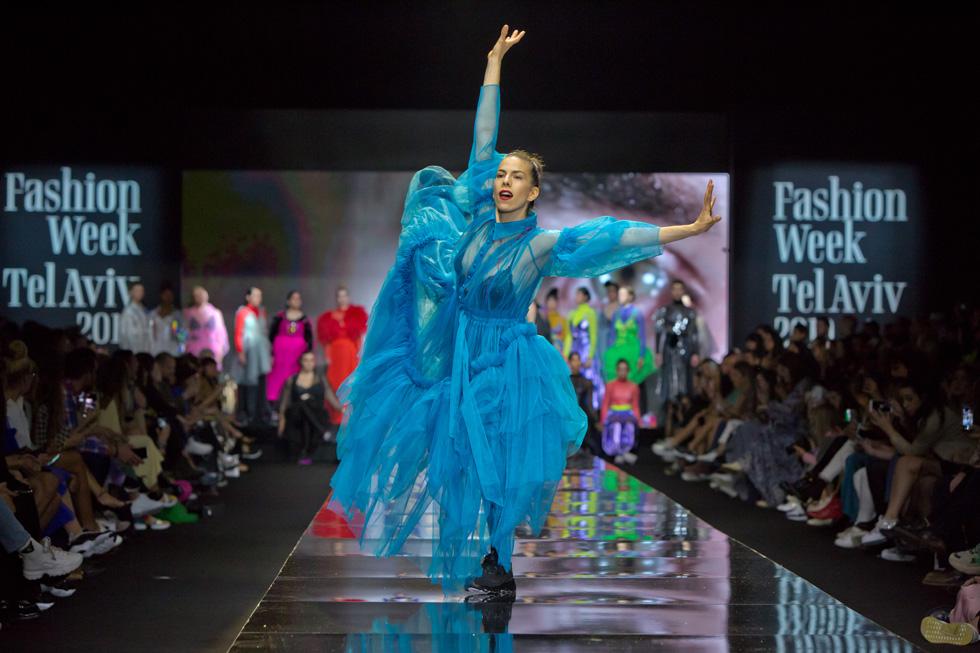 מעצבת האופנה שחר אבנט, זוכת פרס מעצבת השנה של משרד התרבות והספורט לשנת 2018, הציגה את קולקציית הקיץ בקונספט שכלל וידיאו ארט ומחול בשיתוף פעולה עם חברת ההפקות Q'uan (צילום: ענבל מרמרי)