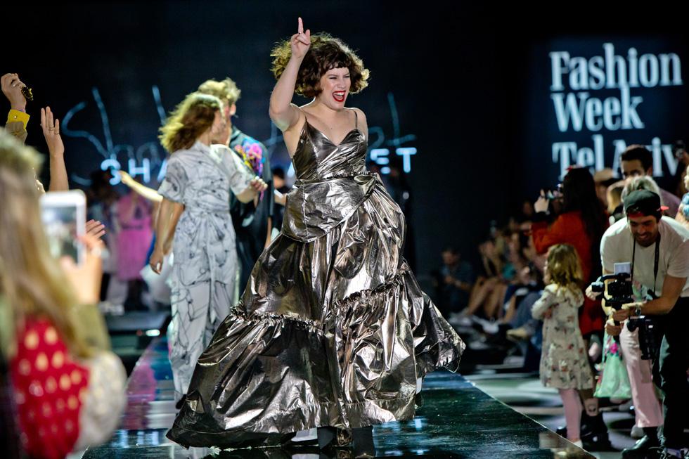 ומילה אחרונה לסיום: אבנט היא כנראה המעצבת היחידה שראינו בשבוע האופנה, שבחרה לצפות בתצוגת האופנה של עצמה מהשורה הראשונה. כל מעצב, מקטן ועד גדול, חייב לראות כל לוק טרם צאתו אל המסלול ולאשר אותו עד הפרט האחרון (צילום: ענבל מרמרי)