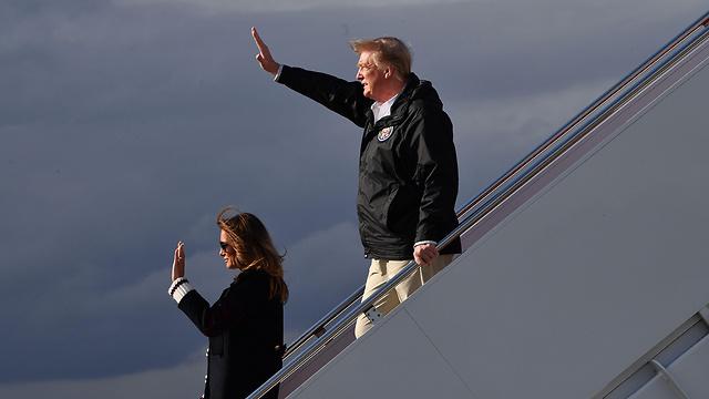 Мелания и Дональд Трамп на трапе самолета. Фото: AFP