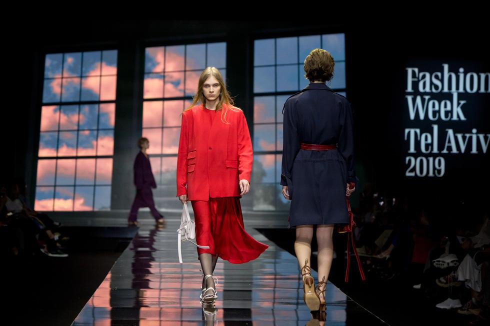 הדוגמנית סתיו סטרשקו באדום על אדום, משלבת בין חצאית סאטן רכה לז'קט מחויט וקליל תפור לעילא (צילום: ענבל מרמרי)