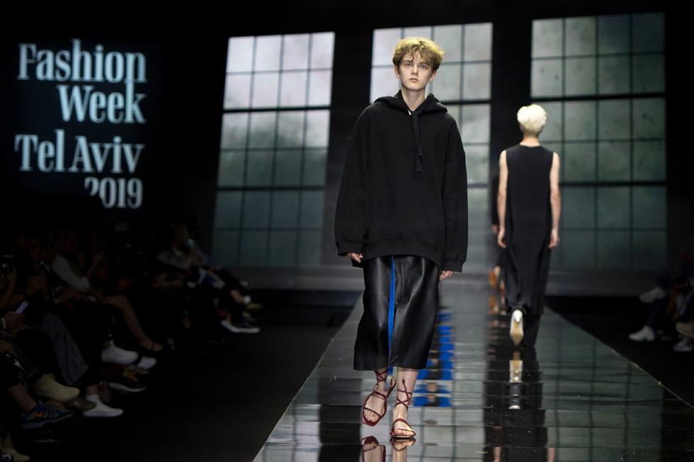 צללית שהיינו מאמצים היישר מהמסלול: חצאית מידי מעור עם קפוצ'ון אוברסייז שחור, למראה אופנת רחוב עכשווי  (צילום: ענבל מרמרי)