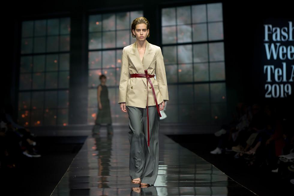 אלגנטיות משוחררת ורכה של מכנסיים רחבים וז'קט שנקשר בחגורת עור בצבע חציל (צילום: ענבל מרמרי)