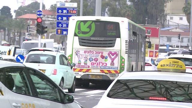 שאלון רחוב על התחבורה הציבורית (צילום: אבי חי)