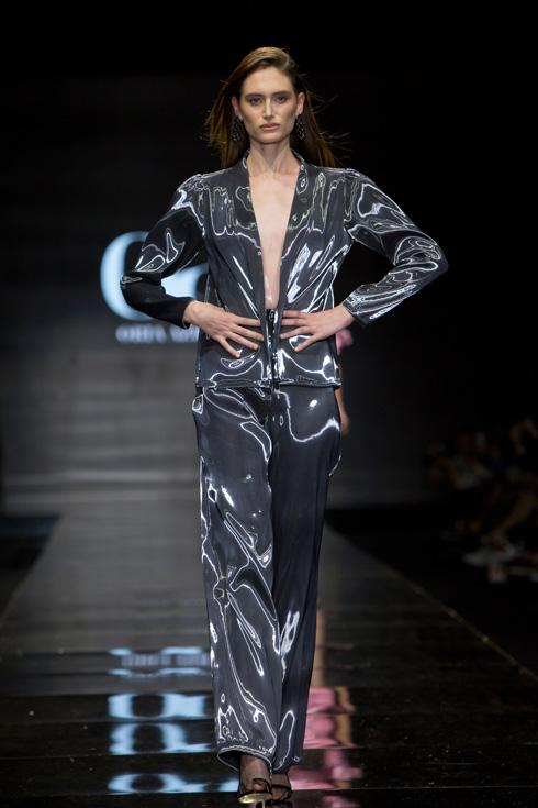 נעם פרוסט בתצוגת האופנה של אוריה עזרן, 2019 (צילום: ענבל מרמרי)