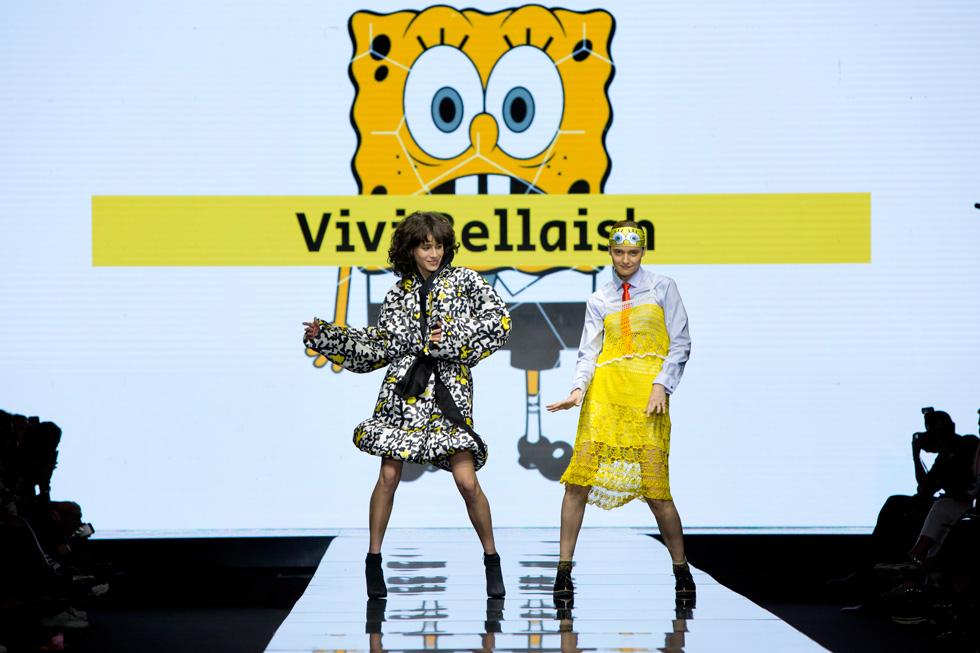 הדוגמניות אניה מרטירוסוב בבגד של אניה פליט וארבל קינן בעיצוב של ויוי בלאיש רוקדות על המסלול (צילום: ענבל מרמרי)