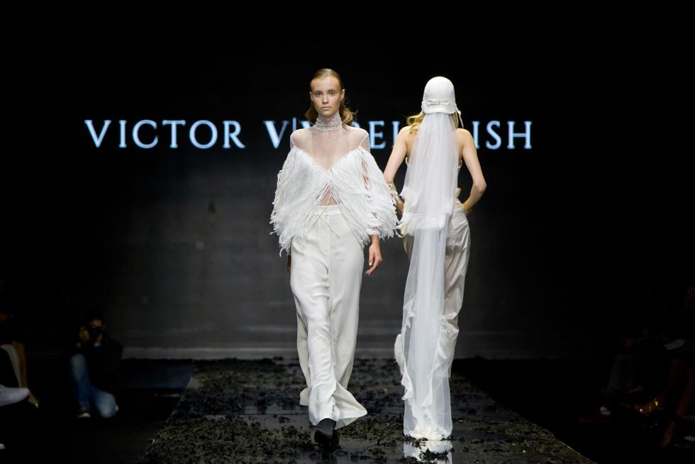 בגדים לבנים ורכים על המסלול (צילום: ענבל מרמרי)