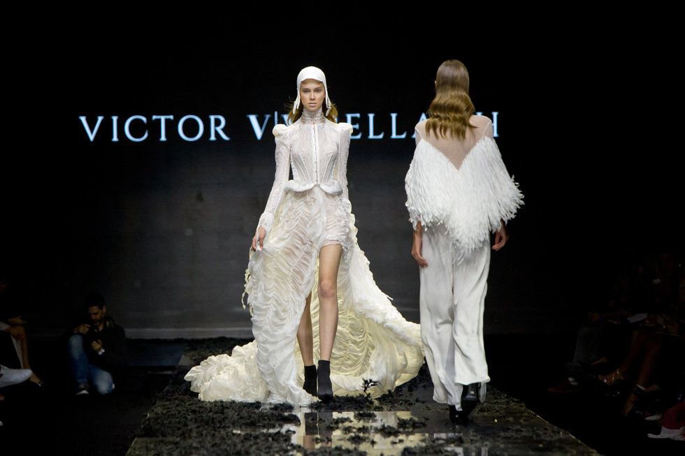 כלה קלה ומעופפת. הדוגמנית ליליה קריסטל מציגה שמלת כלה המצוידת בזוג כנפיים, שנראו כאילו אומצו מעולם האווירודינמיקה (צילום: ענבל מרמרי)