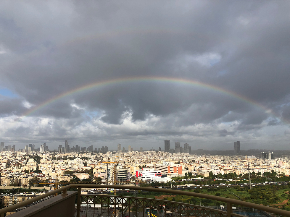 Rainbow above Giv'at Shmuel, with the Tel Aviv skyline in the background (Photo: Ronen Rachamim)