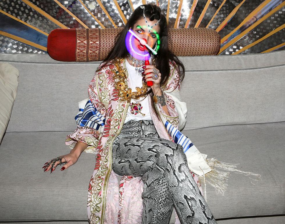 ערבוב בין סמלים דתיים ופגאניים תוך שימוש בפריטי לבוש ייחודיים. קארמה שי (צילום: Sander Dekker)