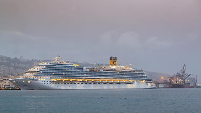 Лайнер Costa Venezia в хайфском порту. Фото: Warhaftig Venezian