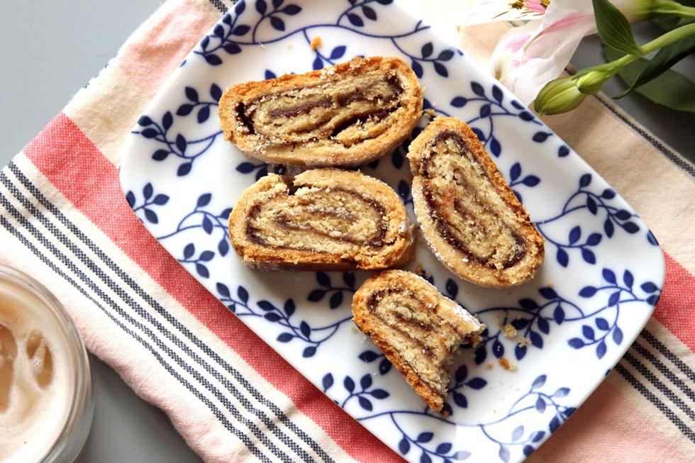עוגיות תמרים מגולגלות (צילום: מיכל שמיר)