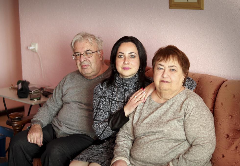 Элина с родителями. Фото: Ави Муалем