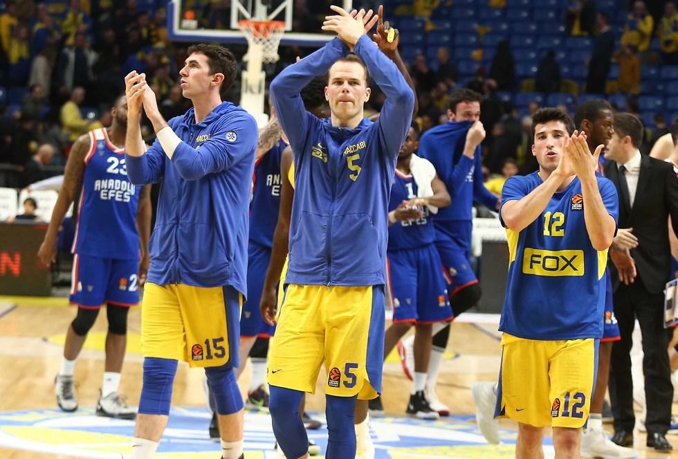 שחקני מכבי מודים לקהל אחרי ההפסד (צילום: ראובן שוורץ)
