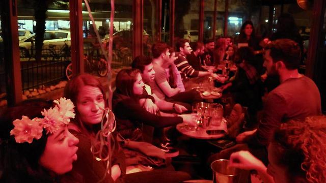 """Вечеринка в Тель-Авиве во время воздушной тревоги. Фото предоставлено баром """"Тапале"""""""