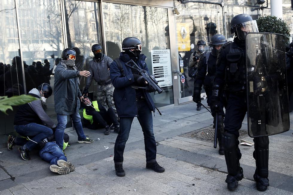 צרפת הפגנה פריז מחאת האפודים הצהובים (צילום: EPA)