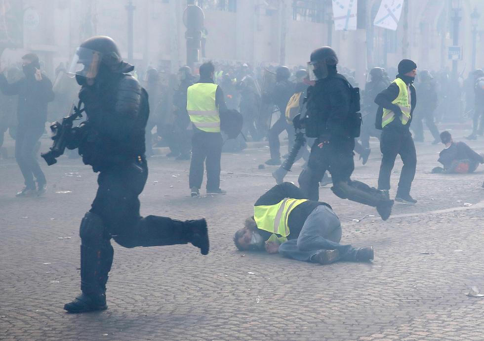 צרפת הפגנה פריז מחאת האפודים הצהובים (צילום: AP)