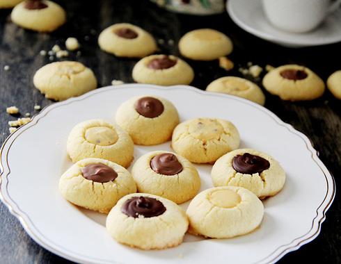 עוגיות חמאה ושקדים עם 3 סוגי שוקולד  (צילום: דפנה אוסטר מיכאל)