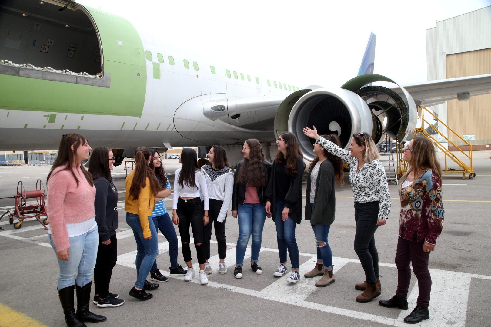 קבוצה 7 במטוס המוסב. פתרון זול להזמנות מאמזון (צילום: יריב כץ)