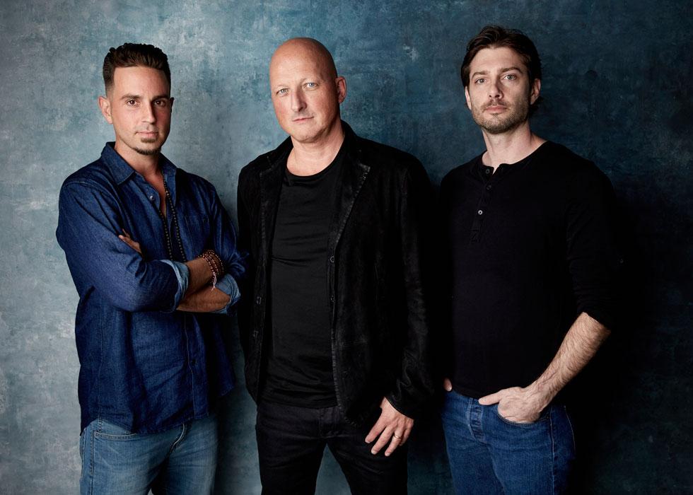 """במאי """"לעזוב את נוורלנד"""" דן ריד עם ווייד רובסון וג'יימס סייפצ'אק (צילום: AP)"""
