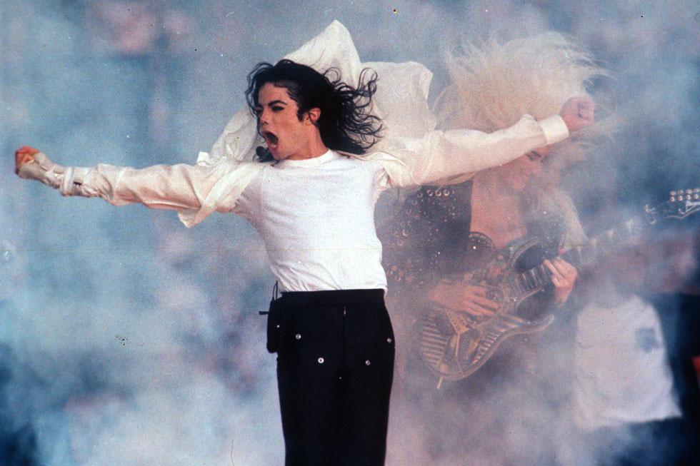 תחנות רדיו רבות בארצות הברית ובעולם הודיעו כי מעתה יפסיקו לשדר את שיריו של הזמר שהלך לעולמו לפני עשור. מייקל ג'קסון, 1993 (צילום: AP)