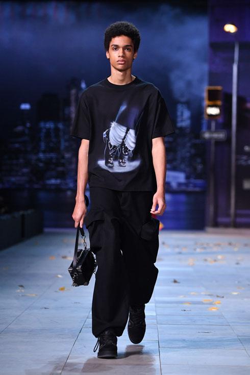 חולצת טי עם הדפס במחווה לג'קסון על המסלול של לואי ויטון (צילום: Pascal Le Segretain/GettyimagesIL)