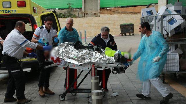 פצוע בבית החולים (צילום: צביקה טישלר)