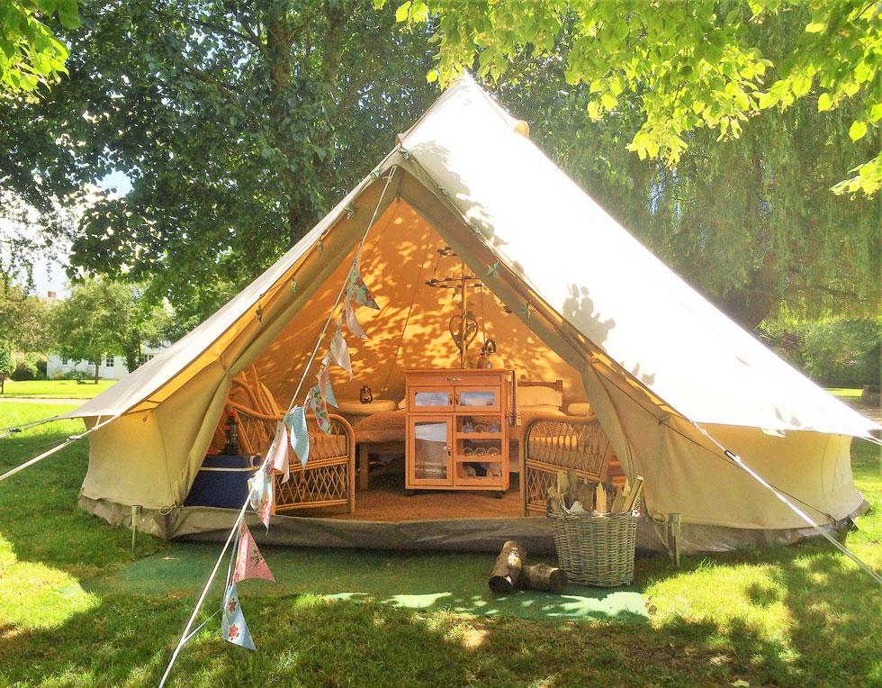 Oxford Riverside Glamping, אנגליה. עשר יחידות של אוהלים בצורת פעמון עם ריהוט כפרי, שטיחים, נברשות, עששיות, הרבה טקסטיל רך ומפנק, וכמובן חימום ללילות האנגליים הסגריריים (צילום: באדיבות Booking.com)