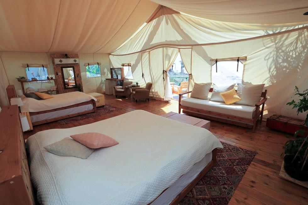 קולוני, אילת.  אוהלים ממוזגים עם רצפת דק נעימה, מיטה מפנקת, מיני־בר וממכונת נספרסו, פינות ישיבה וג'קוזי אישי (צילום: איתי קדוש)