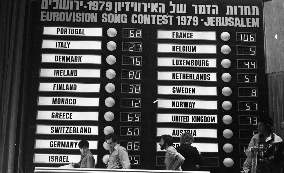 """לוח התוצאות, עם תום ההצבעה. השיר הישראלי (בטור השמאלי, למטה) צבר 125 נקודות, יותר מכל שיר אחר (צילום: צוות יפפ""""א, הספרייה הלאומית, ארכיון דן הדני)"""
