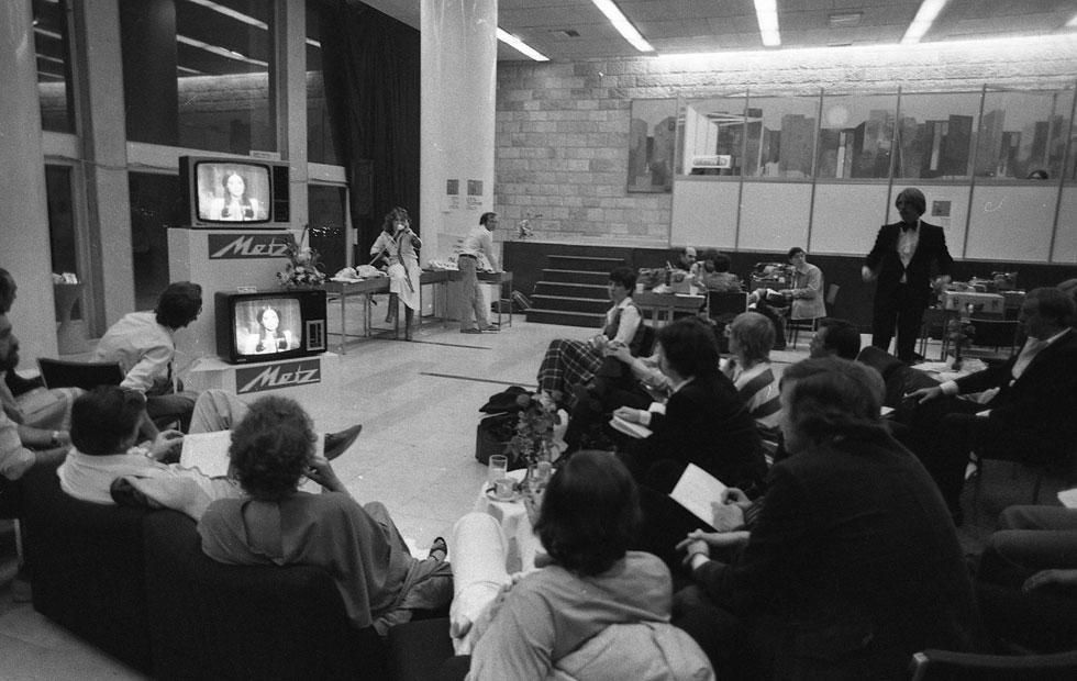 """כך נראה מרכז התקשורת שהוקם במבואה של בנייני האומה עבור העיתונאים הזרים שסיקרו את התחרות. לתחרות בתל אביב צפויים להגיע כ-1,500 עיתונאים, ומרכז התקשורת יוקם בחלל נפרד ויהיה הרבה-הרבה יותר גדול (צילום: צוות יפפ""""א, הספרייה הלאומית, ארכיון דן הדני)"""