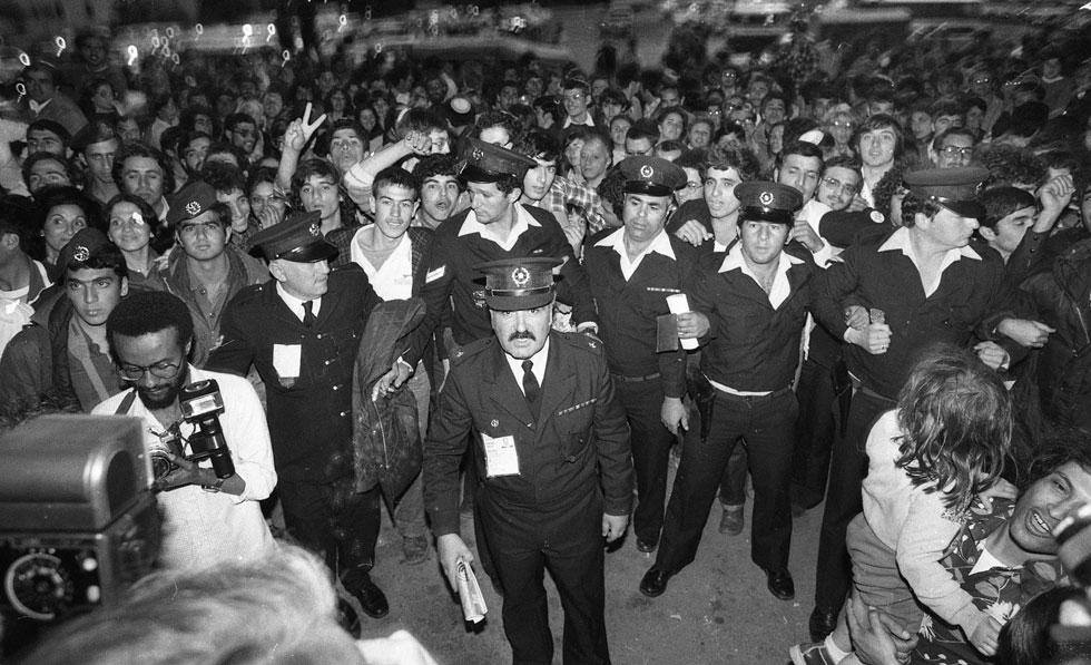 """המשטרה בפעולה. תחרות האירוויזיון הייתה מאז ומתמיד אירוע מאובטח, ובישראל האבטחה כבדה במיוחד (צילום: צוות יפפ""""א, הספרייה הלאומית, ארכיון דן הדני)"""