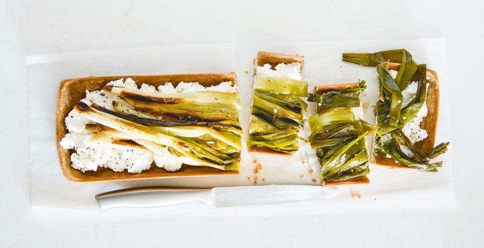 טארט כוסמין עם עשבי בר, גבינת עזים ובצל ירוק  (צילום: יוסי סליס, סגנון והכנה: נטשה חיימוביץ')