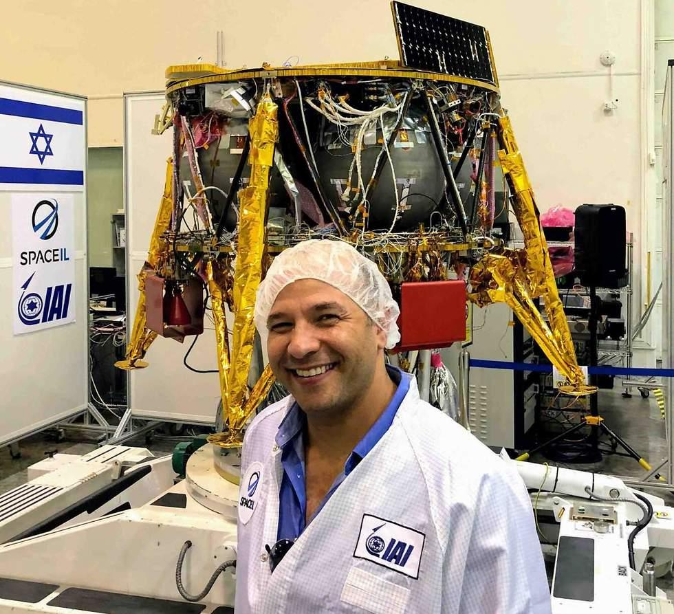 פרופ' עודד אהרונסון, המנהל המדעי של משימת החלל הישראלית ליד החללית שנבנתה בתעשייה האווירית (צילום: מסע הקסם המדעי, מכון ויצמן)