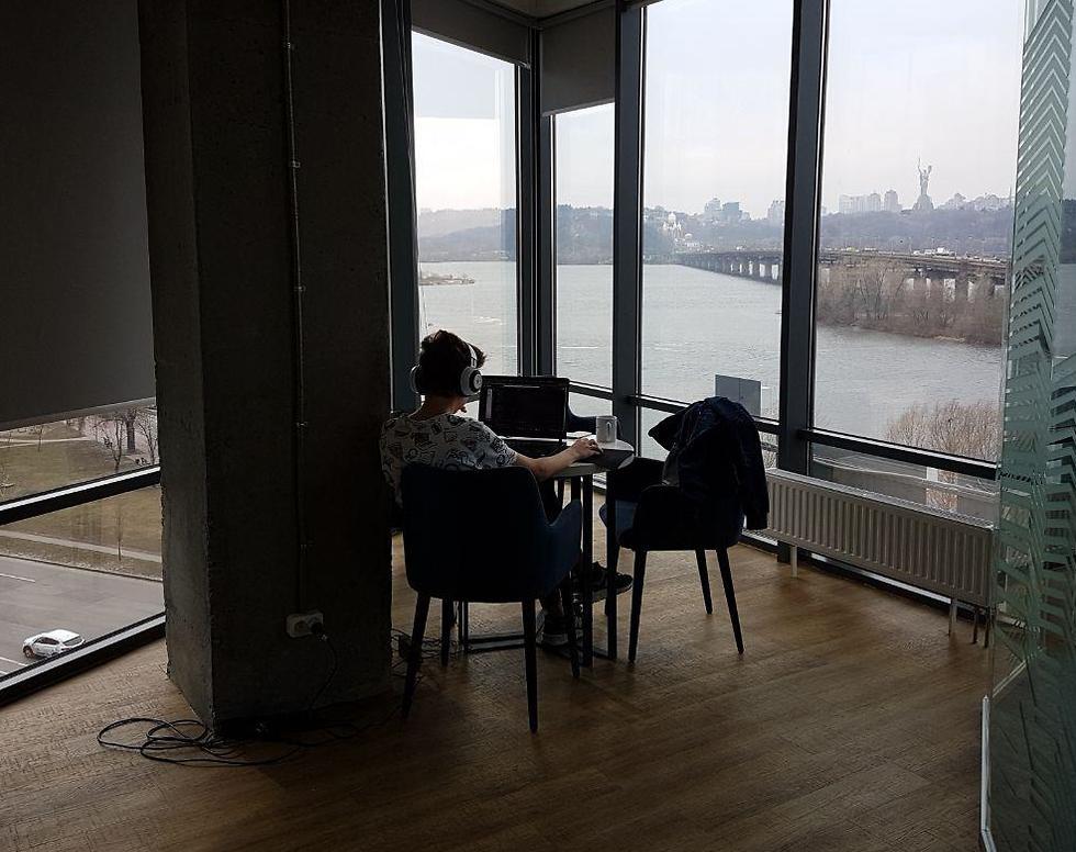 דימה בן ה-14 יושב בפינה במכללה הישראלית DAN-IT, מול הנוף המרהיב של קייב ונהר הדיינפר (צילום: אליסף קוסמן)