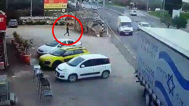 Террорист приближается к военнослужащим. Кадр видеозаписи