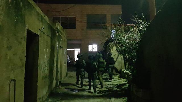 החיפושים אחר המחבל מהפיגוע בצומת אריאל (צילום: דובר צה