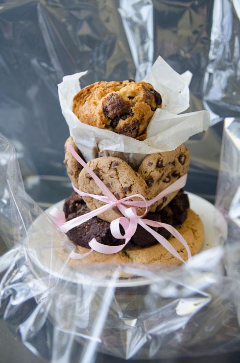 אורזים עוגיות תוצרת בית בסרט וצלופן (צילום: נועה קליין)