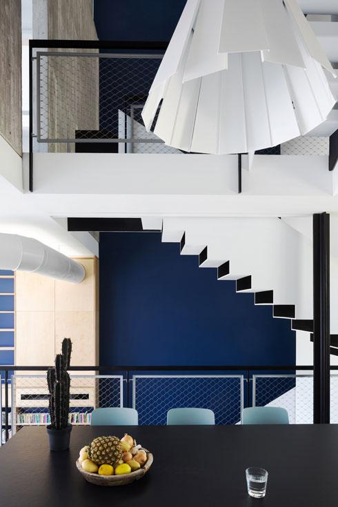 קיר דרמטי בכחול עמוק מדגיש את המדרגות (צילום: שי אפשטיין)