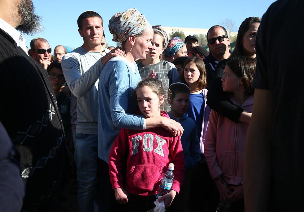 Жена и дети раввина Этингера на его похоронах. Фото: Охад Цвайгенберг
