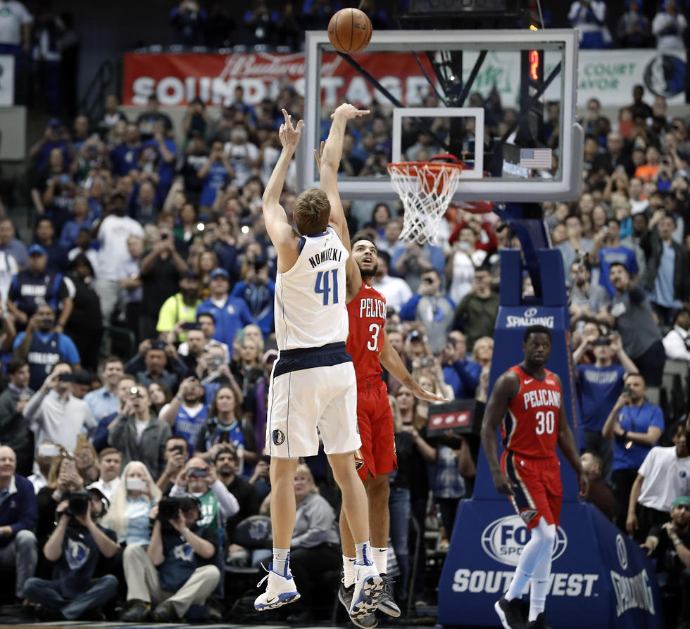 הקליעה שהעלתה את נוביצקי למקום השישי בקלעי כל הזמנים ב-NBA (צילום: AP)