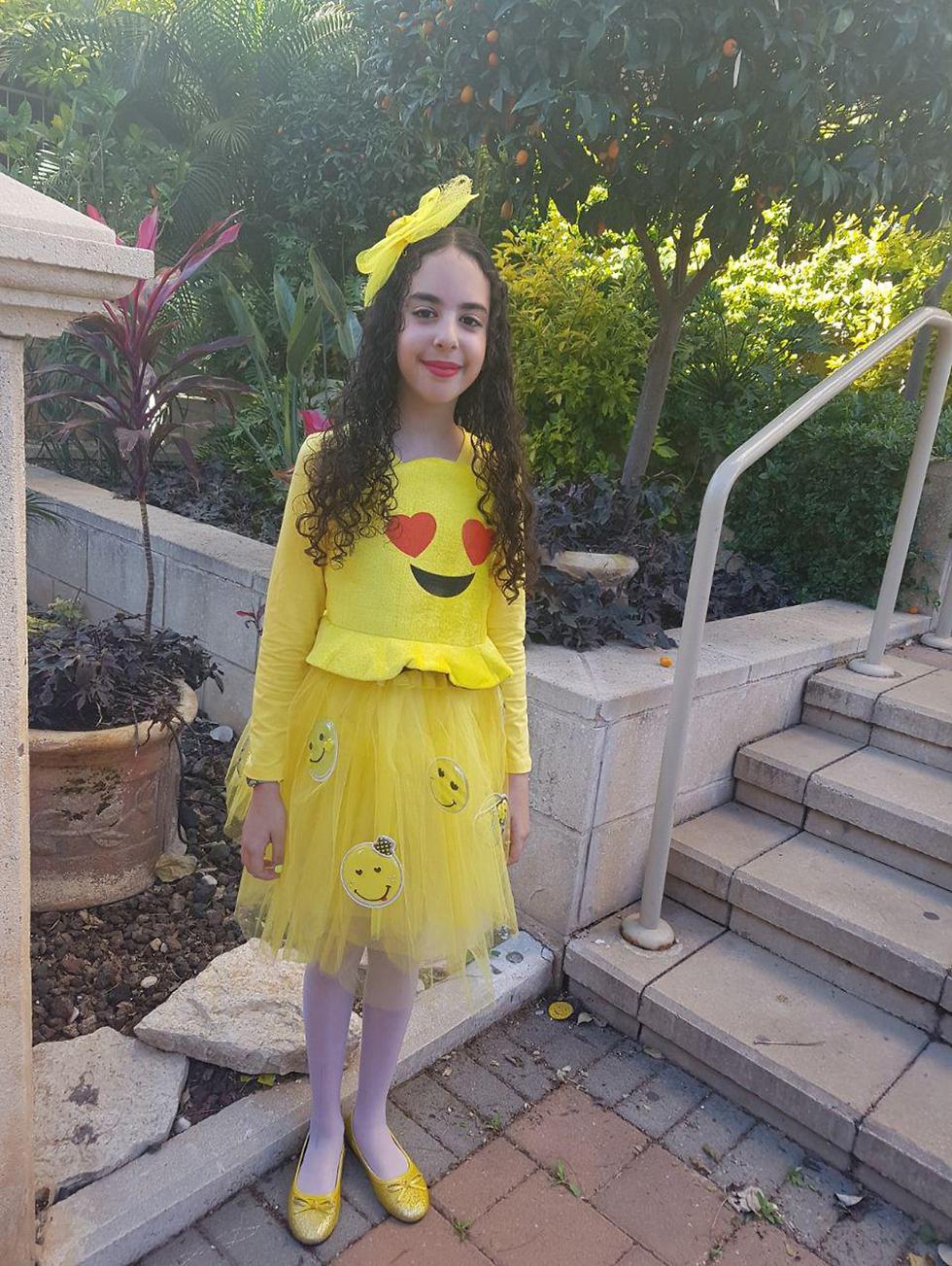 רומי בת ה-11 שהתחפשה לגברת אימוג'י מלכת הלבבות ()