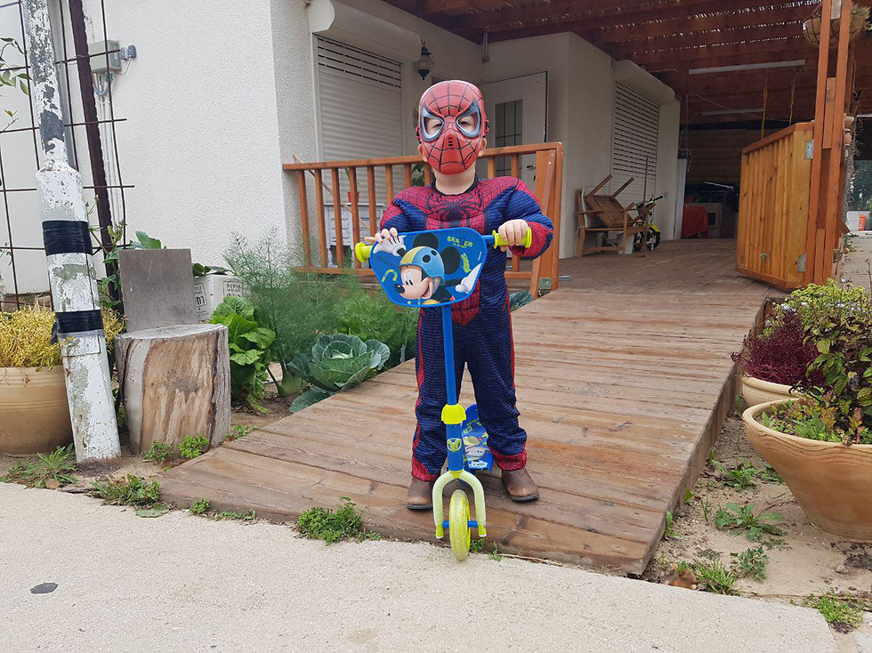 Человек-паук на самокате из Отеф-Аза. Фото: Барэль Эфраим