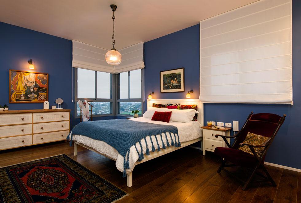 וכמעטפת לחדר שינה חם, בדירה שעיצבה תמי אקהאוס (צילום: מושי גיטליס)