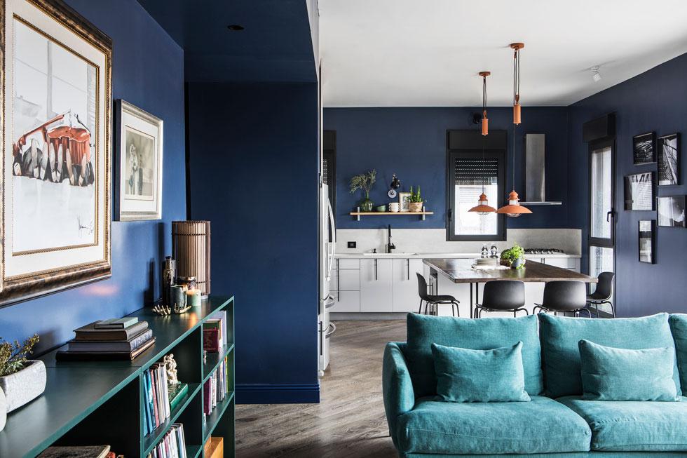 דירה עטופה בכחול, בעיצובה של אלה צייחר. הולך היטב עם טורקיז אפרפר (כמו הספה בתמונה) ועם כתומים-זהובים, הצבע המשלים על הסקלה (צילום: איתי בנית)